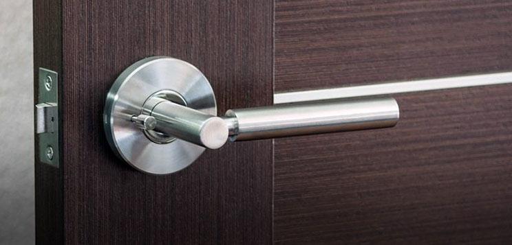 drzwi wejściowe jak powinny się otwierać